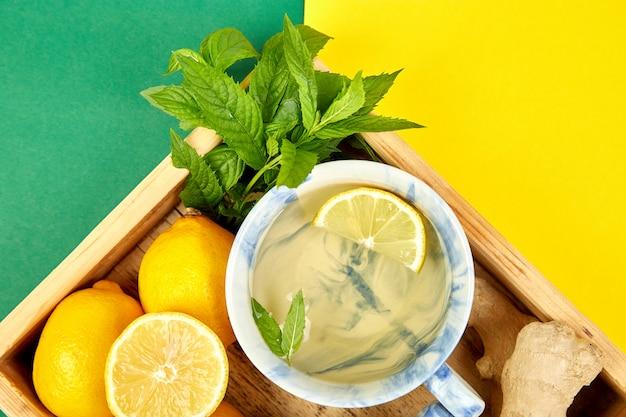 Thé sain deux tasses au citron, gingembre, menthe