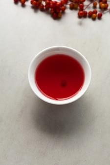 Thé schizandra dans une tasse de thé blanc