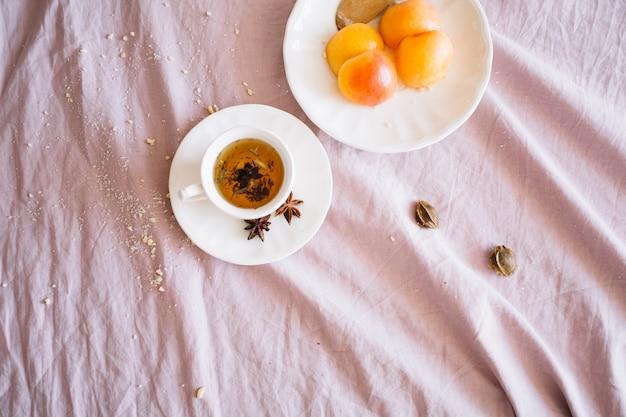 Thé servi avec des fruits