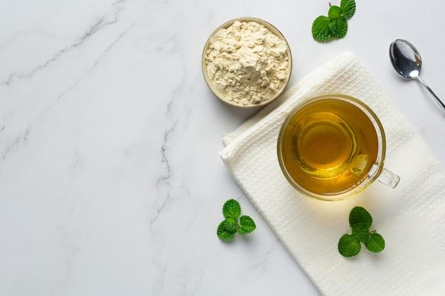 Thé stevia dans une tasse en verre sur la table