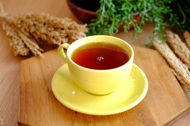Thé sucré sur le verre jaune
