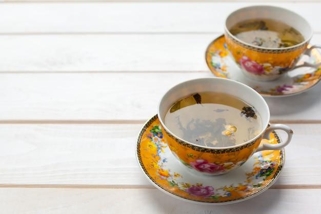 Thé sur la table en bois