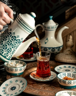 Thé thé noir avec délice turc sur plateau