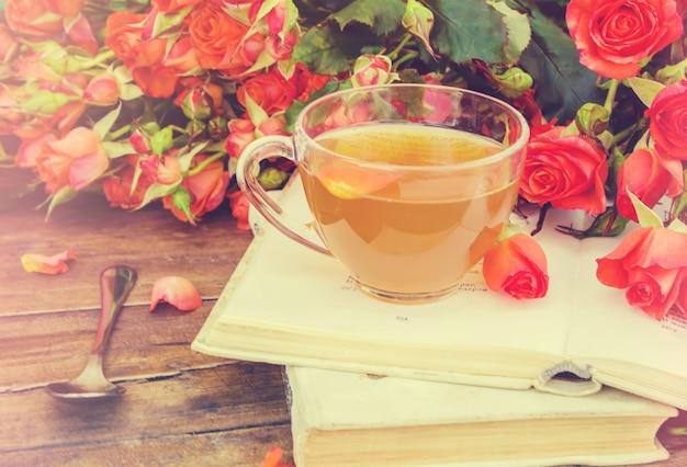 Thé, thé rose, rose, mise au point sélective. la nature.