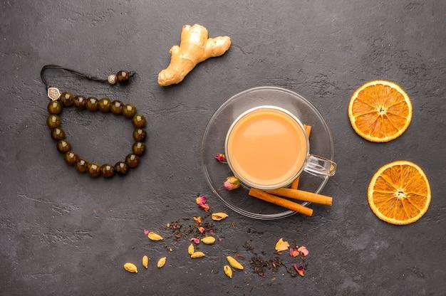 Thé Traditionnel Indien Masala Chai Dans Une Tasse Transparente Est Un Gros Plan Photo Premium