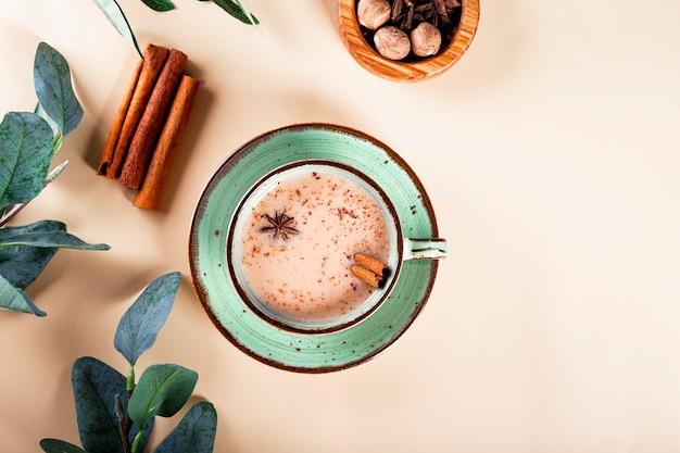 Thé traditionnel indien de thé de masala avec du lait et des épices dans une tasse
