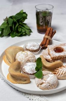 Thé traditionnel à la menthe et assortiment de bonbons arabes