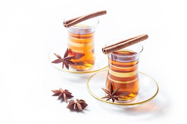 Thé turc dans des verres traditionnels