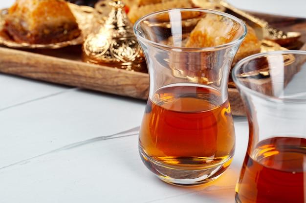 Thé turc avec desserts orientaux sur table