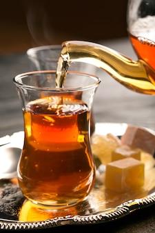 Thé turc sur la table