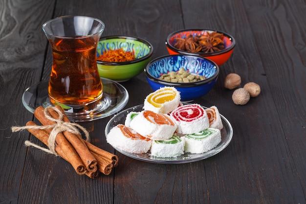 Thé turc traditionnel avec des bonbons et des fruits secs