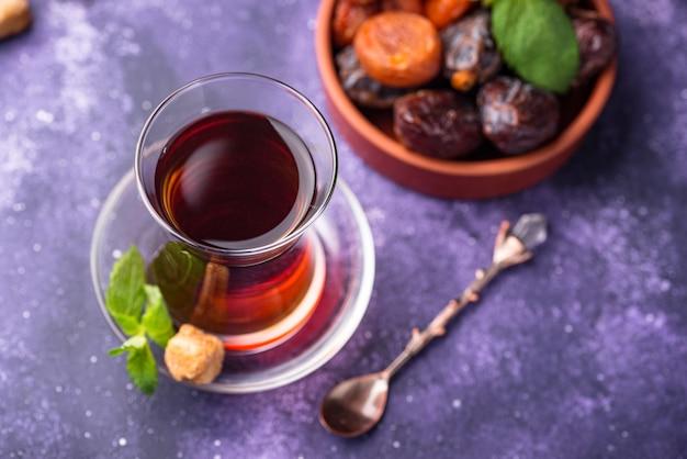 Thé turc en verre traditionnel avec fruits secs
