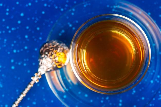 Thé turc en verre traditionnel