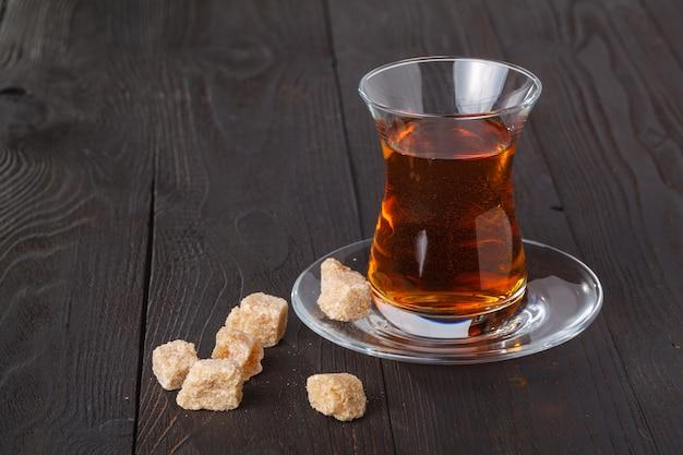 Thé en verre armudu traditionnel azerbaïdjanais (en forme de poire)
