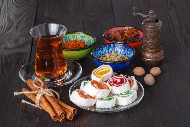 Thé en verre armudu traditionnel avec des bonbons