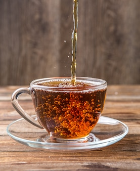 Thé versé dans une tasse, soucoupe