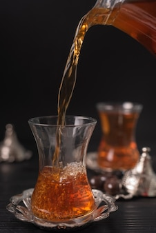 Thé versé dans un verre transparent