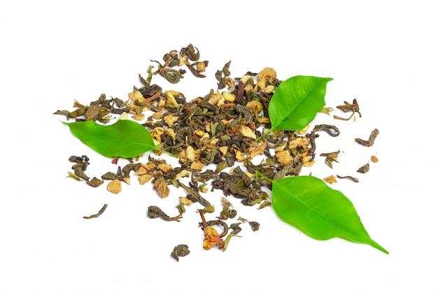 Thé vert aux fleurs séchées isolées