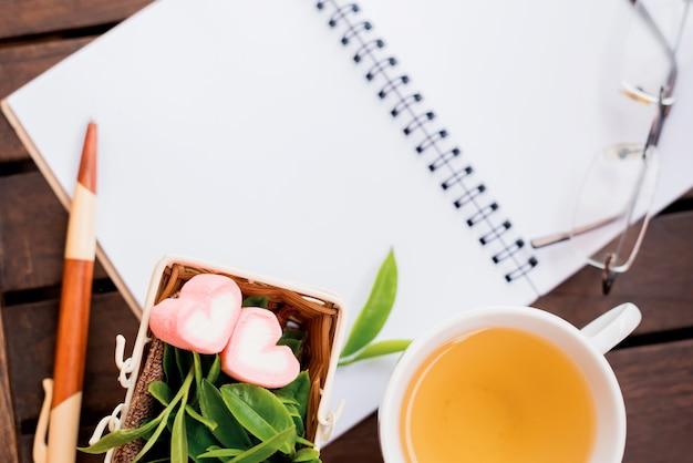 Thé vert chaud, boisson fraîche saine. copiez l'espace sur le carnet de notes en papier blanc.