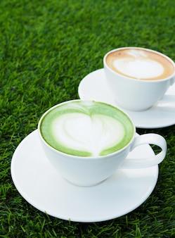 Thé vert chaud et café latte chaud dans des tasses blanches