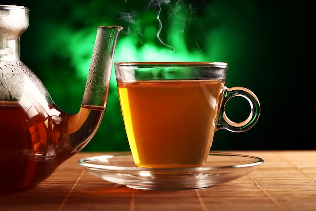 Thé vert chaud dans une théière et une tasse en verre