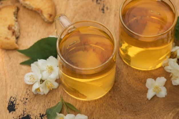 Thé vert chinois au jasmin dans une tasse aux fleurs de jasmin