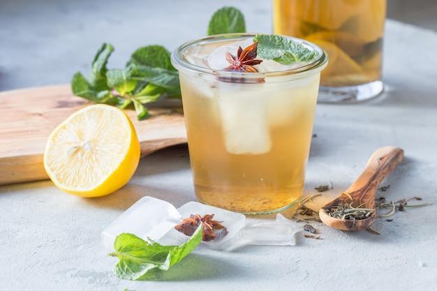 Thé vert citron en verre avec glace anisée. boisson probiotique saine