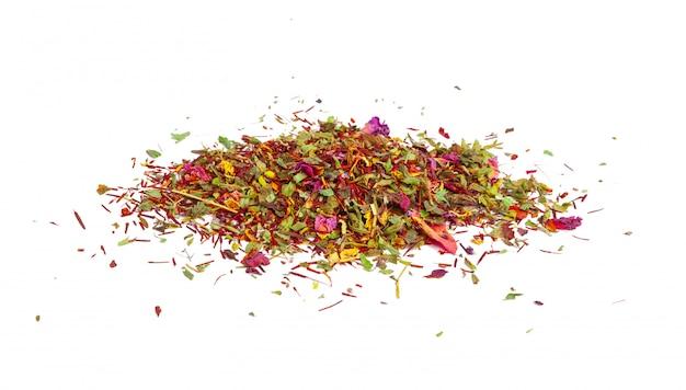Thé vert avec des fleurs séchées sur blanc. fermer