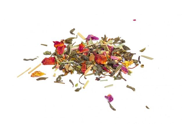 Thé vert à fleurs séchées sur fond blanc. fermer