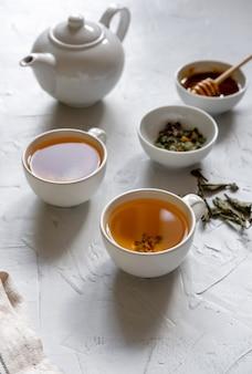 Thé vert floral sur table avec bouilloire et serviette