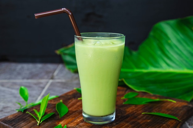 Thé vert glacé et feuilles de thé fraîches pour la santé