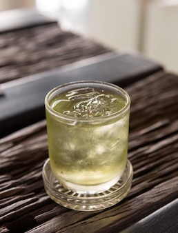Thé vert glacé avec sur la table en bois au café