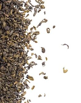 Thé vert isolé sur blanc. thé vert aromatique sec, gros plan. vue de dessus.