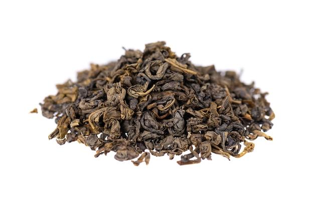 Thé vert isolé sur blanc. thé vert aromatique sec, gros plan.