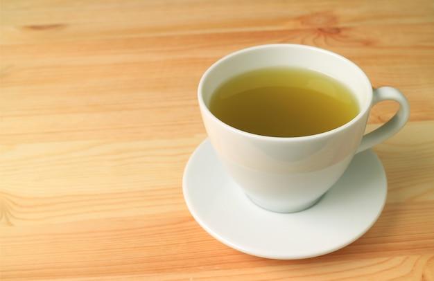Thé vert japonais chaud servi sur une table en bois de couleur naturelle
