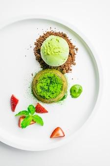 Thé vert lave au chocolat avec glace et fraise