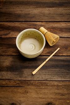 Thé vert de macha japonais sur planche de bois