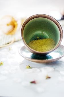Thé vert matcha dans un bol sur la table