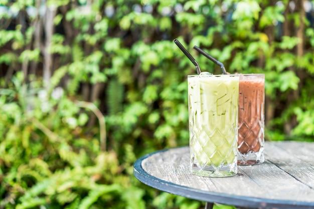Thé vert matcha glacé et verre de chocolat sur la table