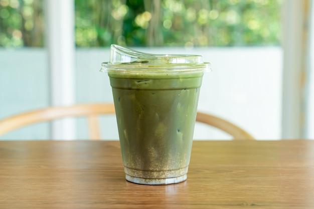 Thé vert matcha et hojicha dans une tasse à emporter