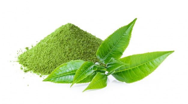 Thé vert matcha instantané avec feuille sur blanc