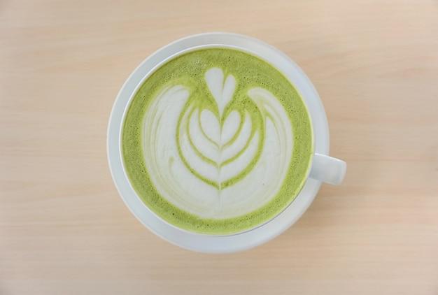 Thé vert matcha avec latte art en forme de coeur