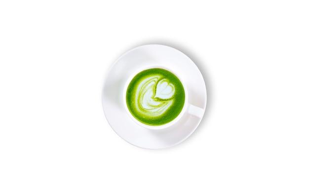 Thé vert matcha latte dans un fond de tasse blanche isolé. vue de dessus