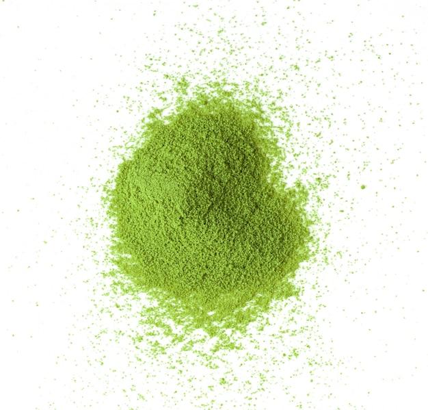 Thé vert matcha en poudre sur blanc