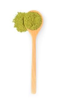 Thé vert matcha en poudre isolé sur fond blanc