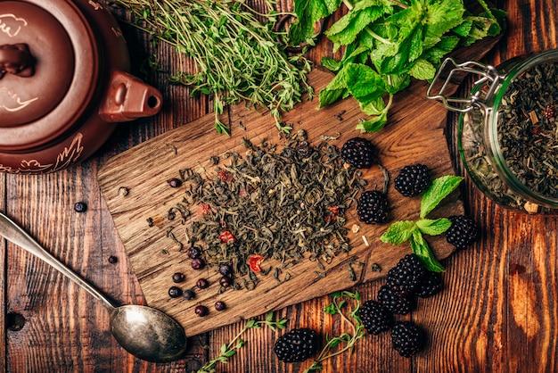 Thé vert à la mûre, à la menthe et au thym.