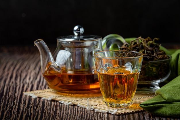 Thé vert oolong dans une théière et un bol.