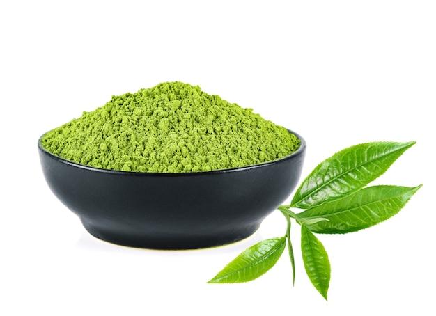 Thé vert en poudre et feuille de thé vert isolé sur fond blanc