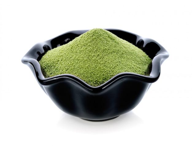 Thé vert en poudre isolé sur blanc