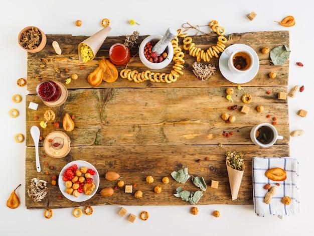 Thé sur la vieille table. herbes et bonbons.